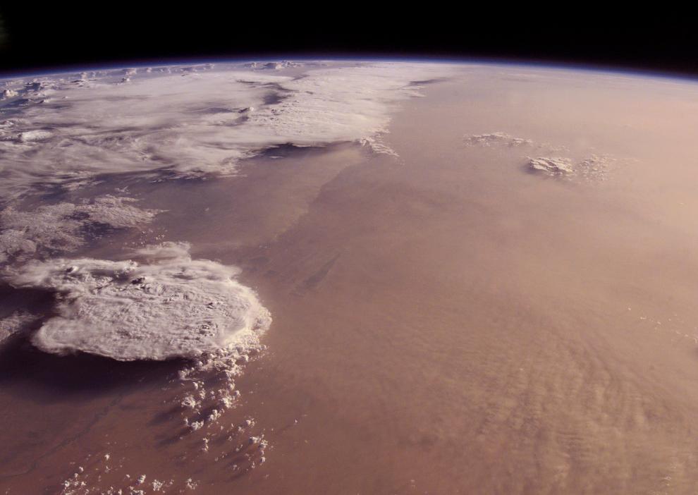 Пылевая буря над Мали, пустыня Сахара - 6/6/2001 (Image courtesy of the Image Science & Analysis Laboratory, NASA Johnson Space Center)