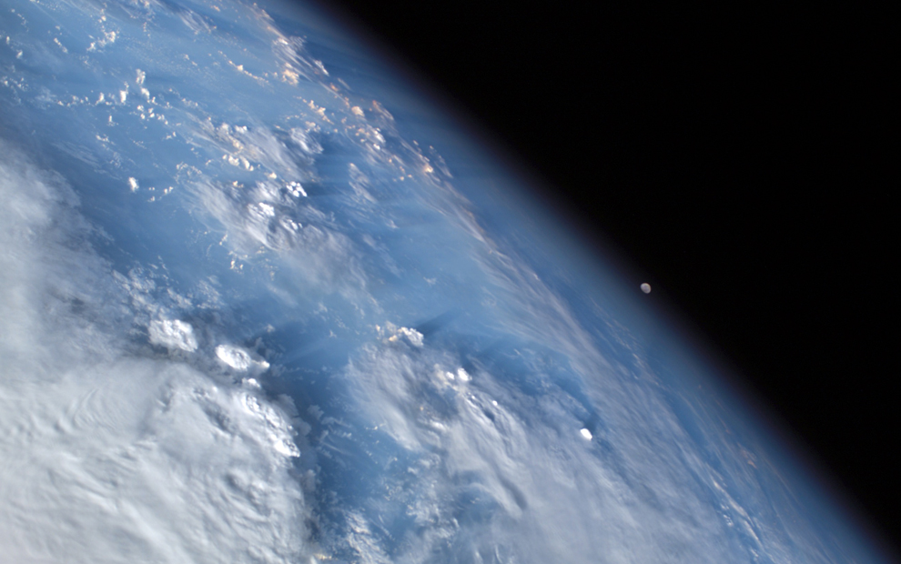 Заход луны, над Карибским морем - 10/10/2007 (Image courtesy of the Image Science & Analysis Laboratory, NASA Johnson Space Center)