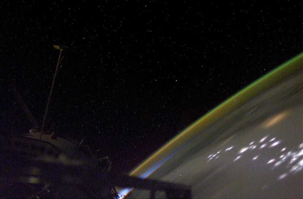 Вспышки молний, огни городов, закат, южное полярное сияние, атмосферные свечения и звезды над Аргентиной -4/23/2003 (Image courtesy of the Image Science & Analysis Laboratory, NASA Johnson Space Center)