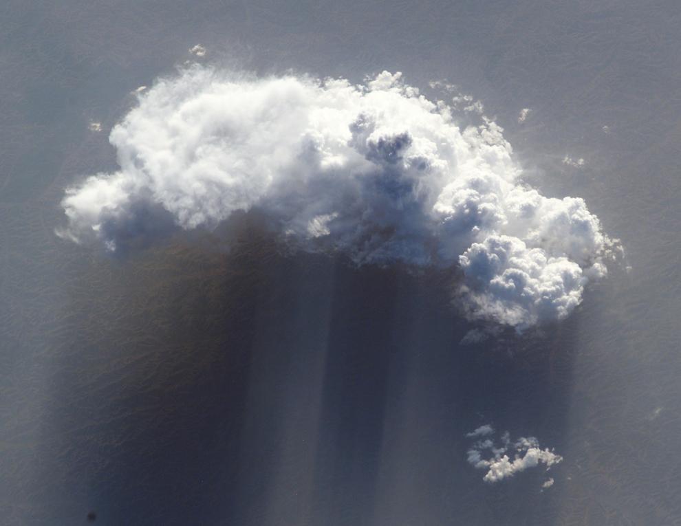 Облако, пылевая буря над центральной частью Китая - 6/3/2002 (Image courtesy of the Image Science & Analysis Laboratory, NASA Johnson Space Center)