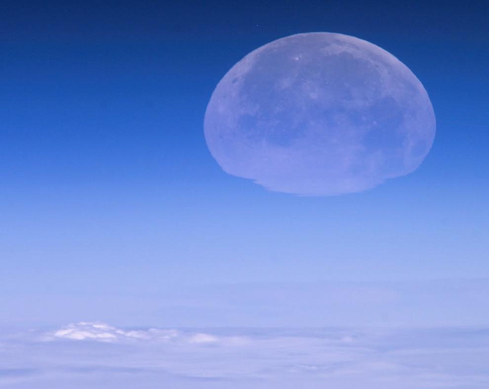 Луна садится над Кубой. Из-за атмосферных искажений она кажется плоской, 2/24/2005 (Image courtesy of the Image Science & Analysis Laboratory, NASA Johnson Space Center)