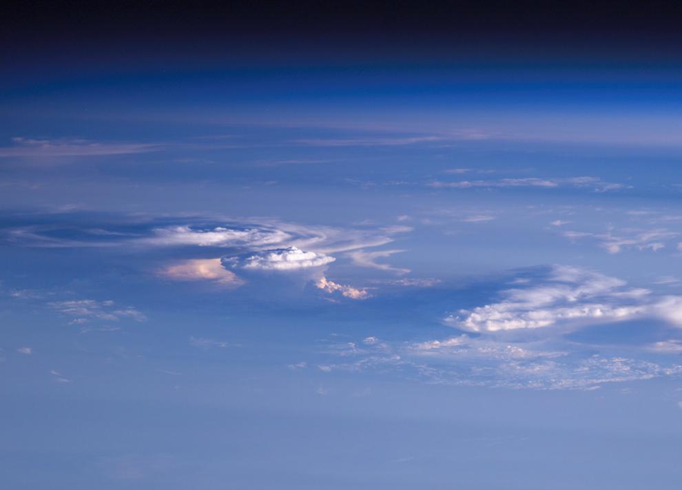 Облако в виде наковальни на закате. (Image courtesy of the Image Science & Analysis Laboratory, NASA Johnson Space Center)