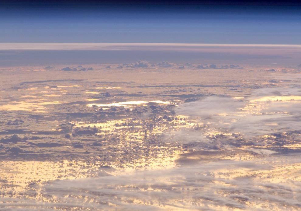Золотой закат отражается в Тихом океане - 4/26/2008 (Image courtesy of the Image Science & Analysis Laboratory, NASA Johnson Space Center)