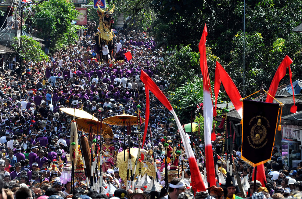 Ubud funeral crowd