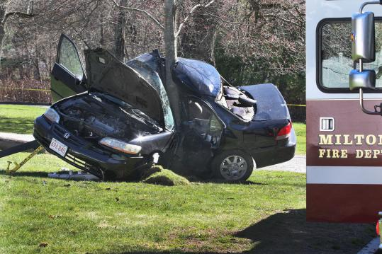 Suspect in stolen car hits tree in Milton after police chase